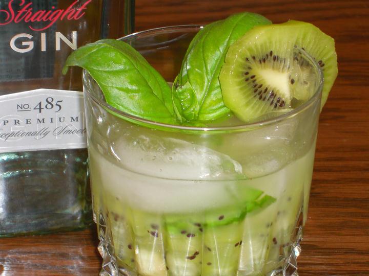 SKINNY Kiwi Basil Gin Cocktail